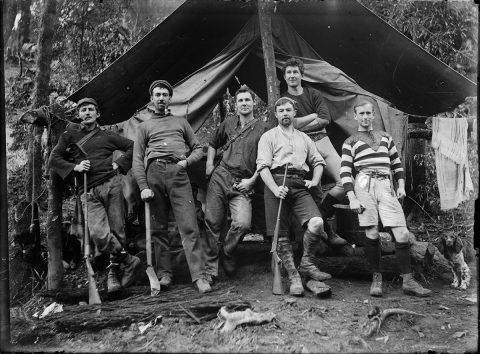 Jeunes chasseurs en forêt, vers 1900, s.l.