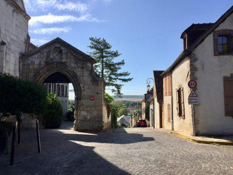 La place du quartier de Madeleine et la vue sur l'Yonne