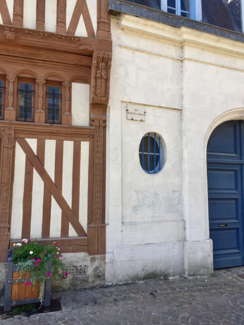 La rue montante au palais