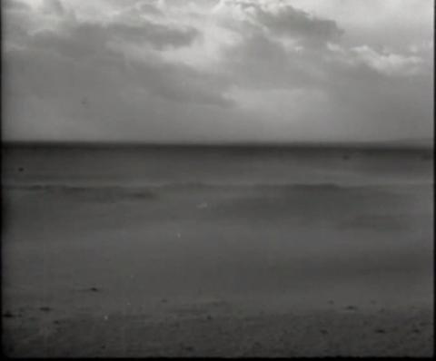 Photogramme de Mémoire 14 : « N'as-tu pas vu ce que j'ai vu ? Le vent s'est éloigné en hurlant, et ne m'a pas répondu. »