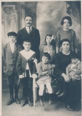 Photographie et détails de la photographie prise à l'occasion de la communion d'Ezio Zampetti, 1926.